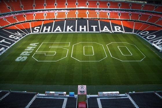 Поле Донбасс Арены раскрасили в честь 500-го матча Срны в Шахтере